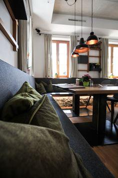 Das Gasthaus Romediwirt in Thaur befindet sich auf rund 800m in einer malerischen Umgebung. Das Gasthaus ist nur wenige Meter von der Romediuskirche entfernt, welche ein beliebtes Ausflugsziel für Pilger und Wanderer ist. In unmittelbarer Nähe befindet sich die Burgruine der Gemeinde Thaur, wodurch die Geschichtsträchtigkeit des Ortes spürbar wird. An diesem Ort sollte ein Bauwerk entstehen, welches sich bewusst in die Umgebung eingliedert. Couch, Furniture, Home Decor, Pilgrims, Communities Unit, Road Trip Destinations, Environment, Round Round, History