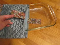 sew your own casserole dish carrier...I NEED to attempt to make this, its made from 2 quilted place mats and a scrap of material, seems simple enough