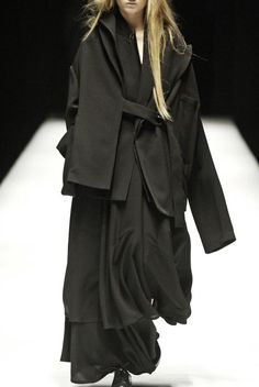 The excessive layering masks and transforms the body. I am interested in releasing the body through garments which hang off and wrap around the body. / Yohji Yamamoto, Fall 2006, via aliciahannahnaomi... Yohji Yamamoto Fall/Winter 2006: