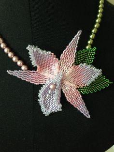 Puntada de peyote orquídea collar con perlas de Swarovski en rosa y verde