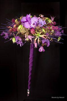 Bruidsboeket Vanda modern paars met als hoofdbloem Vanda orchideeën en Gloriosa