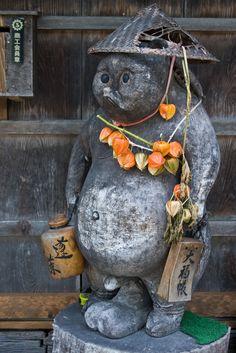Tanuki - a subspecies of racoon dog native to (Pom Poko movie! Japanese Shrine, Japanese Art, Japanese Raccoon Dog, Art Asiatique, Japanese Architecture, Weird Creatures, Nihon, Japanese Culture, Wabi Sabi