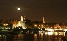 Esta noche disfrutamos de una preciosa luna llena, en Sevilla luce así de bonita...