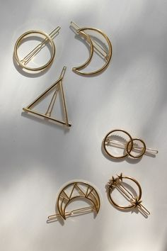 All the minimalist gold hair barrettes you need right now 💛 Circle hair clip,. - All the minimalist gold hair barrettes you need right now 💛 Circle hair clip, geometric triangle - Hair Accessories For Women, Wedding Hair Accessories, Fashion Accessories, Jewelry Accessories, Triangle Hair, Hair Scarf Styles, Accesorios Casual, Twist Headband, Bridal Musings