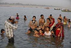 Allahabad, Indiaà pere poseerima foto nagu nad paistavad vees temperatuuril Sangam, liitumiskoht jõgede Gangese, Yamuna ja müütiline Saraswati kohta Ganga Dussehra.  Hindud kogu riigis tähistame Ganga Dussehra, mis on pühendatud jumalateenistus jõe Ganges