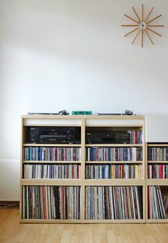DIY Ikea Music / DJ shelf for two Turntables and one Mixer. Ikea Besta System (Alternative to Expedit / Kallax). Cd Storage, Vinyl Storage, Media Storage, Creative Storage, Table Dj, Ikea Shelves, Shelving, Kallax Shelf