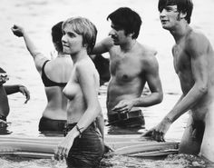 Com toda a atmosfera de paz e amor cenas de nudez não eram incomuns e um lago próximo tornou-se ponto para mergulho sem roupa.   31 fotos que mostram como Woodstock foi realmente louco