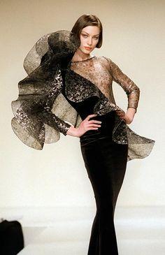 Модель демонстрирует вечернее платье из коллекции Осень-зима 1998-99 дизайнера Пьера Кардена и Серджио Альтьери Pierre Cardin, Retro Mode, Tuxedo Dress, Themed Outfits, Sculptural Fashion, Dior, Haute Couture Fashion, Runway Fashion, Ideias Fashion