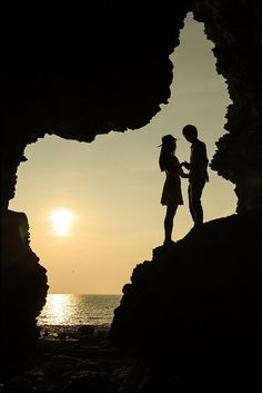 Silhouette at Sunset Shadow Silhouette, Couple Silhouette, Silhouette Photography, Love Wallpaper, Couple Photography, Honeymoon Photography, Art Photography, Cute Couples, In This Moment