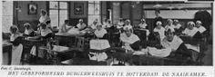 Gereformeerd Burger Weeshuis aan de Goudsewagenstraat. Van boven naar beneden afgebeeld: Weesmeisjes Rotterdam 1926 #ZuidHolland #Rotterdam #wezen #gereformeerd