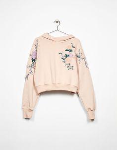 Sudadera capucha bordada flores. Descubre ésta y muchas otras prendas en Bershka con nuevos productos cada semana
