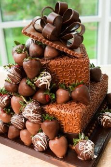 Just looking at the photo of this cake? I can smell the chocolate! Would love to have a slice.or - [someone else's caption] (Pretty Chocolate Cake) Gorgeous Cakes, Pretty Cakes, Amazing Cakes, Unique Cakes, Creative Cakes, Creative Ideas, Food Cakes, Cookies Cupcake, Chocolate Strawberry Cake