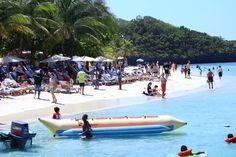 """Honduras: Con paquetes turísticos a bajo costo buscan atraer a visitantes a Roatán  """"Roatán es tuya"""" es la campaña que lanzaron empresarios en la isla. Los extranjeros disfrutan de las playas y buceo, paseos en la isla para conocer manglares y los delfines. Fotos: Franklyn Martínez"""