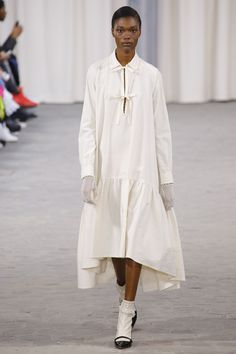 See all the Collection photos from Veronique Branquinho Spring/Summer 2017 Ready-To-Wear now on British Vogue Fashion Week, Fashion 2017, Runway Fashion, Fashion Show, Fashion Design, Modest Casual Outfits, Modest Fashion, Yohji Yamamoto, Veronique Branquinho