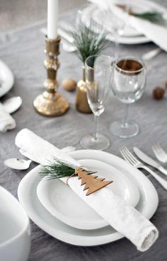 Här är bordsdekorationerna till julfestligheterna som inte tar tid att skapa, men som blir väldigt vackert och effektfullt.