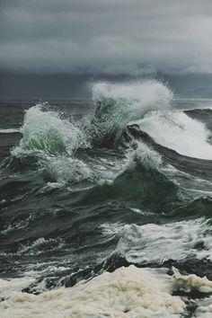 När du förälskar dig i henne måste du förstå hennes själ är inte en havsbris, inte vindpust, utan en storm. När du blåser bort och slukas av vågor, i det vackra, oändliga blåa kommerdu att fö…