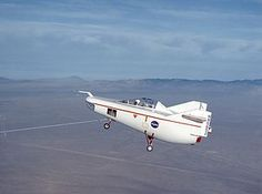 C-47により曳航されるM2-F1(初回飛行時)