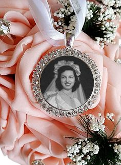 Customize your Wedding bouquet with a beautiful handcrafted bouquet photo charm.This Round Rhinestone Photo Charm Pendant will make a special