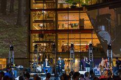 Il dierttore e gli ospiti intervengono per la serata. Foto: Enrico Pretto