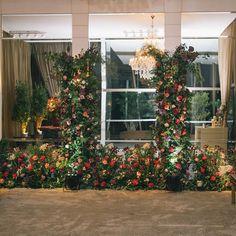 """112 curtidas, 13 comentários - As Floristas por Carol Piegel (@asfloristas) no Instagram: """"Eu sei que estamos vivendo tempos difíceis, mas isso não nos impede de sonhar, de deixar a…"""" 112, Christmas Tree, Holiday Decor, Floral, Instagram, Design, Home Decor, Tough Times, Florists"""