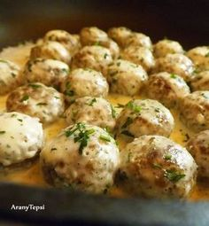 AranyTepsi: Húsgombócok krémes, petrezselymes mártásban Pork Recipes, Cooking Recipes, Just Eat It, Hungarian Recipes, Pork Dishes, Food Hacks, Food To Make, Food And Drink, Yummy Food