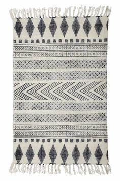 Dywan w kolorze białym cm Block House Doctor Block House, Black And Grey Rugs, Black White, White Rugs, Tapis Design, Geometric Rug, Tribal Rug, Geometric Patterns, Design Shop
