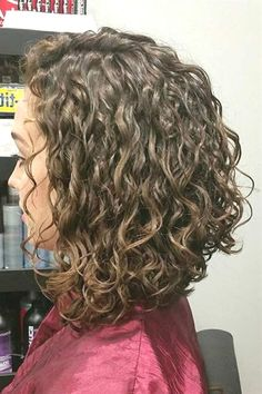 Coiffure We have collected the trendiest shoulder length hair styles that you will want to recreate. Find out how to create a cute do with middle length hair. Middle Length Hair, Shoulder Length Hair, Shoulder Length Curly Hairstyles, Curly Hair Styles, Curly Bob Hairstyles, Gray Hairstyles, Natural Hairstyles, Curly Hair Bob Haircut, Gorgeous Hairstyles