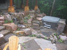 Magnifique espace extérieur pour un spa privé, le spa ici est fermé mais on peut voir le travail avec les roches, les escaliers et l'eau. Une réalisation d'aménagement paysager par Maxhorti au Québec. #Landscaping