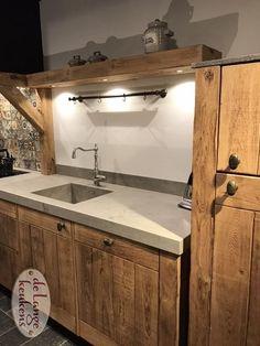 Nostalgische eiken keuken Kitchen Interior, Interior Design Living Room, Kitchen Design, Kitchen Decor, Bedroom Minimalist, Log Cabin Furniture, Japanese Interior Design, Handmade Kitchens, Asian Home Decor