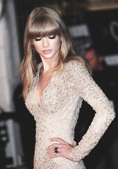 Taylor Swift looking elegant in pale glitter -MH love her, her hair, and that dress (: Estilo Taylor Swift, Taylor Swift Style, Taylor Alison Swift, Taylor Swift Bikini, Glamour, Dress To Impress, Beautiful People, Dress Up, Vogue