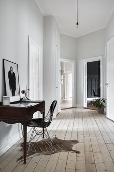 A dark grey or black ceiling works in very few places, but in this home with heigh ceilings and an abundance in natural light, it gives the home something special. Paired up with classy furniture, the look of the rooms becomes … Continue reading → Foyer Decorating, Interior Decorating, Design Hall, Chaise Panton, Black Ceiling, Hallway Designs, Home And Deco, Classic House, Interiores Design