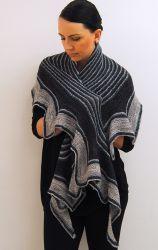 Трехцветная шаль Abaia с описанием от дизайнера Lisa Mutch.