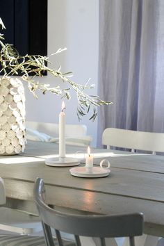 Manchmal ist weniger einfach mehr! Neutrale Töne, aber interessante Strukturen...  #brittabloggt#diningroom#candle#vase#interior#deco Nordic Home, Scandi Style, Repurposed, Candle Holders, Interior Decorating, Candles, Blog, Simple, Inspiration