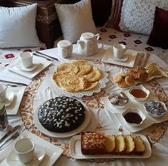 Présentation à la marocaine. Eid Cookies Recipe, Cookie Recipes, Arabic Sweets, Arabic Food, Moroccan Breakfast, Catering Buffet, Middle Eastern Recipes, Aesthetic Food, Food Presentation
