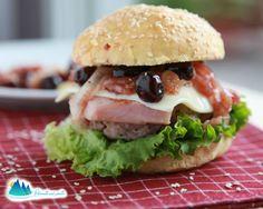 Hamburger con formaggio filante e salsa di amarene: in una terrina mescolare…