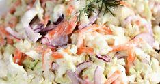 Surówka o dość zdecydowanym smaku, bo skoro z sosem tzatziki, to rzecz jasna z czosnkiem. Świetnie pasuje do smażonych i duszonych mięs, ... Tzatziki, Pasta Salad, Feta, Cabbage, Food And Drink, Vegetables, Ethnic Recipes, Crab Pasta Salad, Cabbages