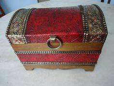 Bau com textura dourado e vermelho , latonagem envelhecido . www.elo7.com.br/esterartes