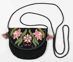 Önskeväska Swedish Embroidery, Wool Embroidery, Textiles, Hand Painted Furniture, Folk Costume, Wool Felt, Saddle Bags, Folk Art, Purses And Bags