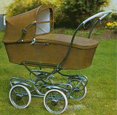SVENSKTILLVERKADE BARNVAGNAR FRÅN 1960-TALET  BRIO Promenad 30170  För år 1966 har den detta utseende.  Vävplast. Handtaget är räfflat och i plast. Bra fjädring och djup korg, men små hjul.