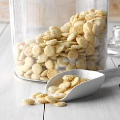 "Snack Crackers Recipe -Says Sue Manel of Milladore, Wisconsin, ""Our daughter, Dana, loves to make this crunchy and flavorful snack for us. Her four older brothers finish off a batch in no time. Ranch Crackers, Oyster Crackers, Appetizer Recipes, Snack Recipes, Appetizers, Camping Snacks, Cant Stop Eating, Easy Meals, Easy Snacks"