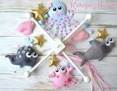 Early mobiles did not necessarily move, as do most crib mobiles today. The modern crib mobile is… Baby Mädchen Mobile, Felt Mobile, Baby Mobiles, Cloud Mobile, Handmade Christmas Crafts, Luxury Nursery, Craft Projects, Projects To Try, Wooden Baby Toys