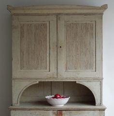 Lovely Gustavian cupboard