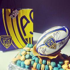 Commande spéciale en cette journée de match. #asm #asmrugby #asmensemble #rugby #macarons #mariage #ballon #jaune #bleu #coursdecuisine #nelsonlacuisineetvous #amour #sport #clermontferrand #auvergne #nougatine #amande #joursderugby