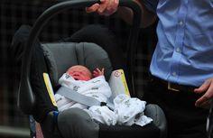 ¡HE AQUÍ EL REY! Los Duques de Cambridge presentaron a su bebé a la salida del hospital