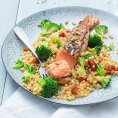 Pearl couscous with broccoli and salmon - Pearl couscous with broccoli and salmon – Nice recipes - Healthy Diners, Weigt Watchers, Good Food, Yummy Food, Food Inspiration, Food Print, Healthy Eating, Healthy Recipes, Meals