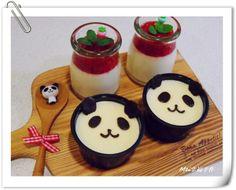 草莓&巧克力貓熊鮮奶酪 簡單易做的鮮奶酪,搭配上自製的草莓醬,另外用隔水加熱融化的巧克力,在奶酪上面畫上眼睛鼻子及嘴巴和耳朵,就是可愛的貓熊奶酪囉!小朋友肯定超喜歡