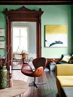 The timeless 'Swan Chair' designed by Arne Jacobsen for Fritz Hansen of Denmark in 1957. Photo: Elle Decor
