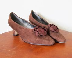 vintage 1980s Shoes // Brown Heels // Suede Leather // Tapestry Flower // Flapper // Size 8