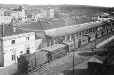1920 girona  Vista des d'un punt elevat de l'estació de tren de Girona amb un comboi estacionat. Al fons, l'estació del carrilet de Sant Feliu i la carretera de Barcelona