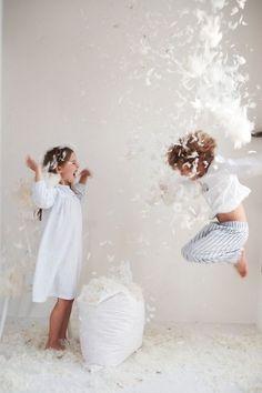 Happy Kids in White pillow fight ! Children Photography, Family Photography, Friendship Photography, Photography Camera, Photography Poses, Little White Company, Plum Pretty Sugar, Foto Poster, Shooting Photo